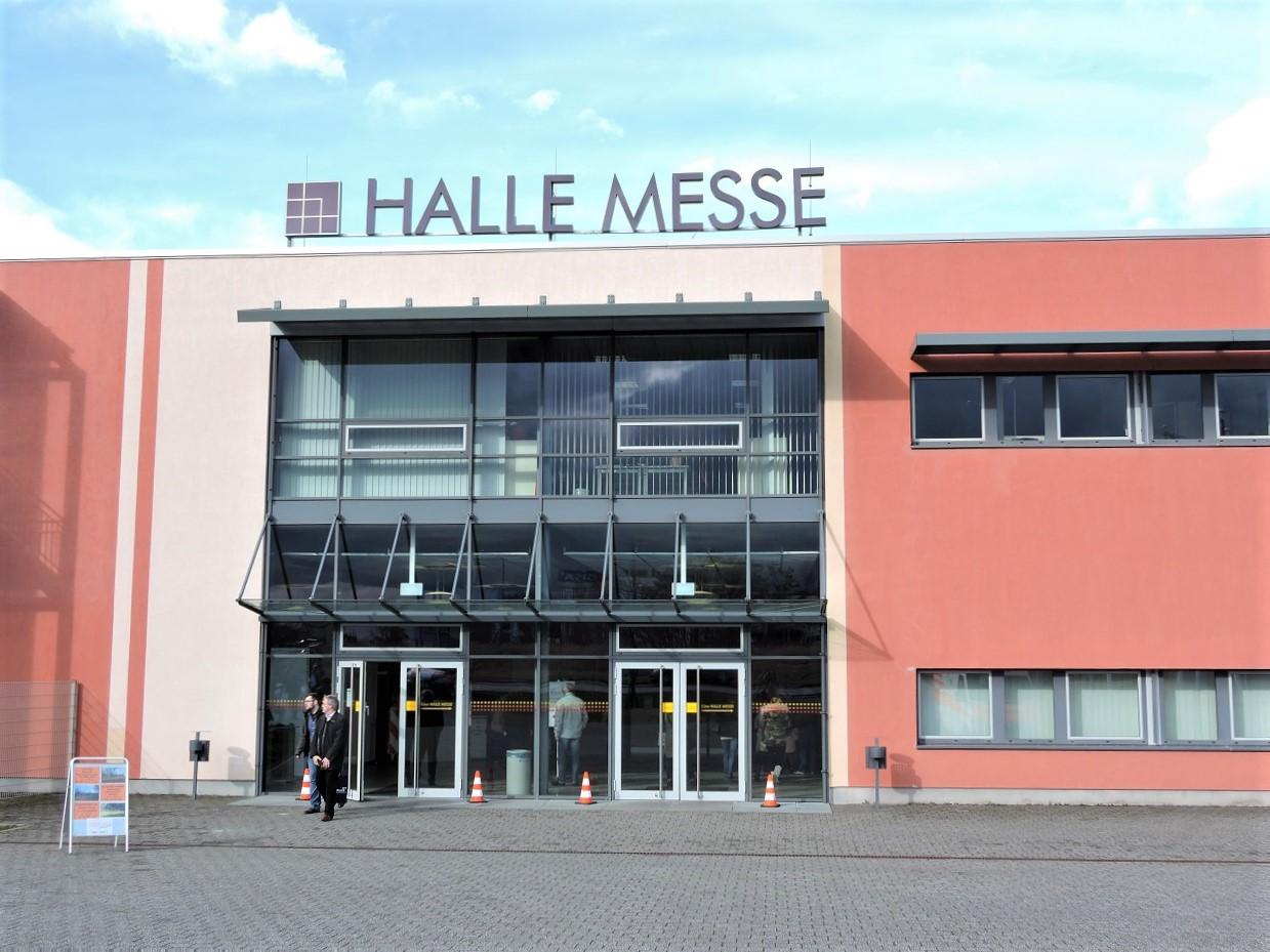Eingang zur Messehalle, Glastüren