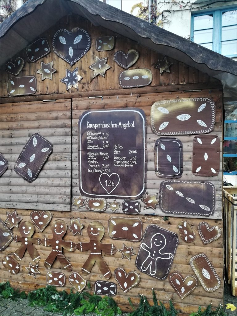 Knusperhäuschen - Holzhütte mit Lebkuchen aus Pappe und Angebotsschild
