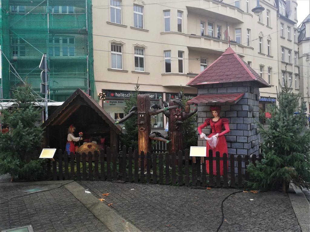 Märchenfiguren und Häuschen hinterm Zaun
