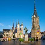 Roter Turm (benannt nach den Blutgerichten, die dort im Mittelalter abgehalten wurden) und Rolandstatue, Markt Halle (Saale).