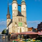 Wochenmarkt mit Marktkirche, Kirche Unserer Lieben Frauen zu Halle, Marktplatz in Halle (Saale).