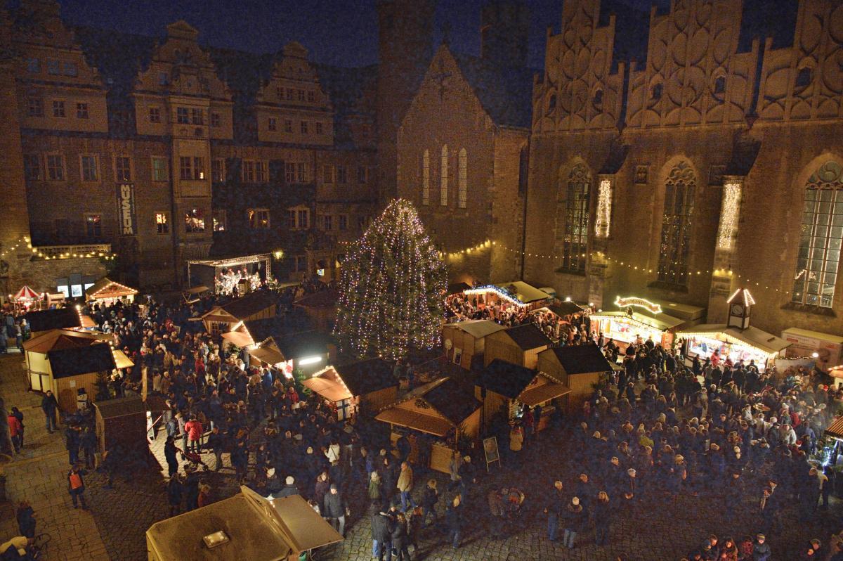 Blick auf den geschmückten Schlossinnenhof mit Weihnachtsbaum und Hütten